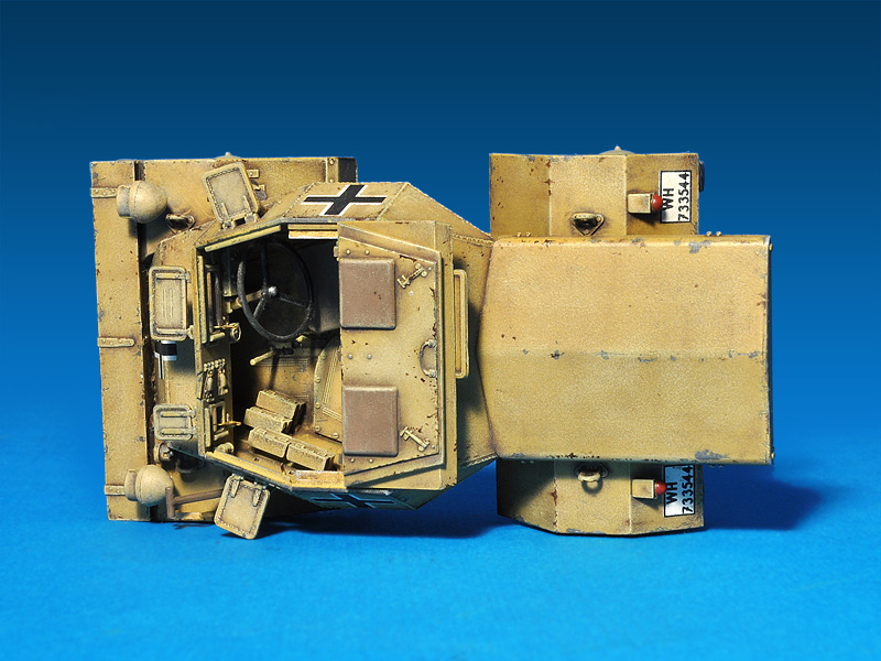 35082  Leichter PzKpfWg Mk. I 202 ( e) with Crew Dingo Mk. I