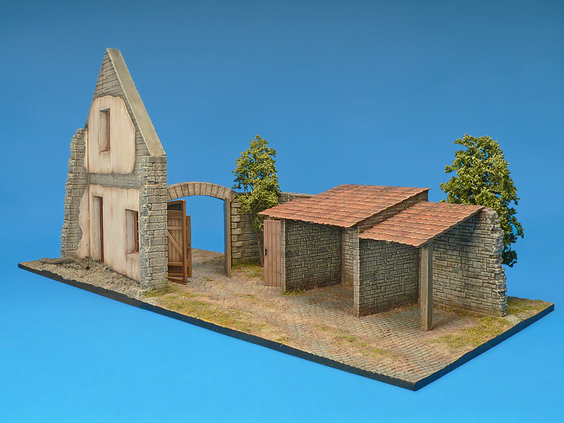 36018 FARMHOUSE w/DIORAMA BASE