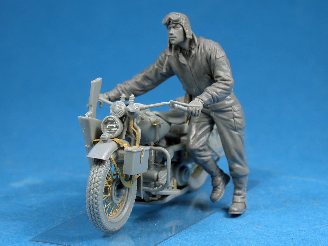 35182バイクを押すアメリカ兵