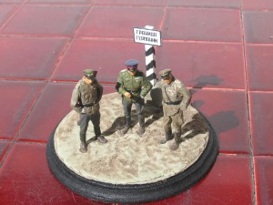 35027 SOVIET OFFICERS AT FIELD BRIEFING