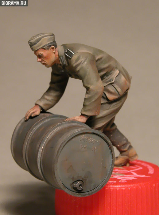 35041 GERMAN SOLDIERS w/FUEL DRUMS