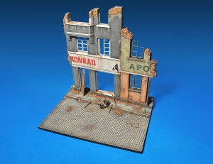 36036 DIORAMA w/RUINED BUILDINGS