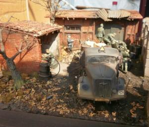 35041 GERMAN SOLDIERS w/FUEL DRUMS