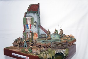 36020 VILLAGE ROAD w/RUINED HOUSE + 35071 BRITISH SOLDIERS TANK RIDERS