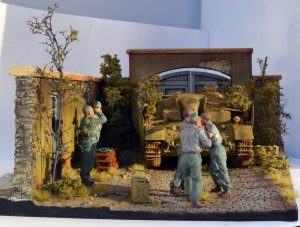35010 GERMAN TANK CREW AT WORK + 36033 DIORAMA w/FARM WALL