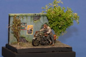 35182 U.S. SOLDIER PUSHING MOTORCYCLE +  Rene Ketting