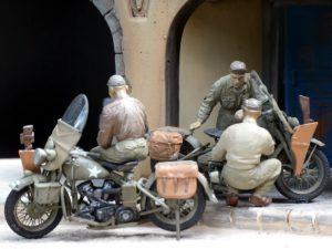 35014 U.S. TRUCK BANTAM 40 BRC w/CREW + 35101 U.S. MOTORCYCLE REPAIR CREW+ 35508 ITALIAN CITY BUILDING + Model Maniac