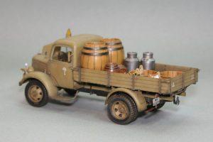 35142 MB 1500S GERMAN 1,5t CARGO TRUCK + 35550 WOODEN BARRELS & VILLAGE UTENSILS+ Seva