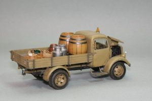 35142 MB 1500S GERMAN 1,5t CARGO TRUCK + 35550 WOODEN BARRELS & VILLAGE UTENSILS + Seva