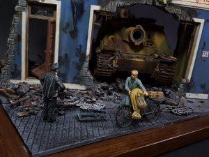 35132 GERMAN TANK CREW (Normandy 1944) + 36007 BUDAPEST 1945 + 35548 FURNITURE SET