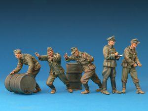 Photos 35256 Deutsche Soldaten mit Benzinfässern. Sonderausgabe
