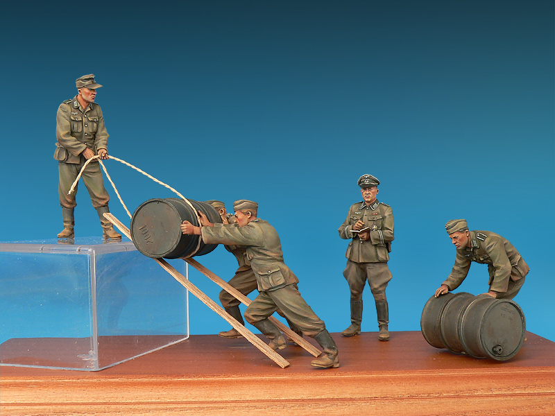 Miniart – 35256 GERMAN SOLDIERS w/FUEL DRUMS  SPECIAL EDITION