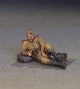 35233 SOVIET SOLDIERS TAKING A BREAK