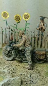 35539 VILLAGE ACCESSORIES + 35182 U.S. SOLDIER PUSHING MOTORCYCLE + Kertesz Zsolt