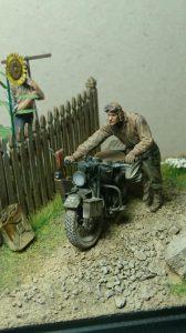 35539 VILLAGE ACCESSORIES + 35182 U.S. SOLDIER PUSHING MOTORCYCLE + Kertesz Zsolt