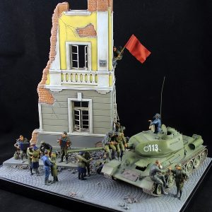 35009 SOVIET TANK CREW AT REST + 36012 DIORAMA w/RUINED HOUSE + Mutafyan Andrey