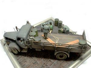 35041 GERMAN SOLDIERS w/FUEL DRUMS + 35530 STREET ACCESSORIES + Nikolay Kuprin