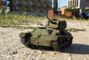 35243 T-80 SOVIET LIGHT TANK w/CREW. SPECIAL EDITION