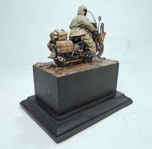 35182 U.S. SOLDIER PUSHING MOTORCYCLE + Mikhail Ukolov