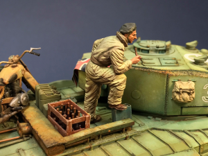 35121 BRITISH TANK CREW. WINTER UNIFORM + 35568 RAILWAY TRACK w/ DEAD END. EUROPEAN GAUGE + 35571 WINE BOTTLES & WOODEN CRATES + Metal Skin