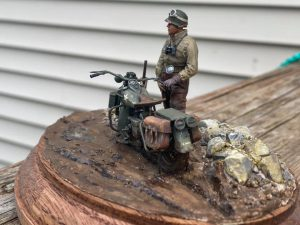 35182 U.S. SOLDIER PUSHING MOTORCYCLE + South Lacapra